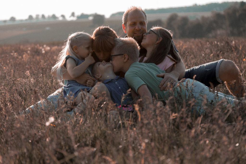 Familienshooting Familie Familienfotoshooting Westerwald Hachenburg Jana Bleich Fotografie Jana Bleich sunsetred red
